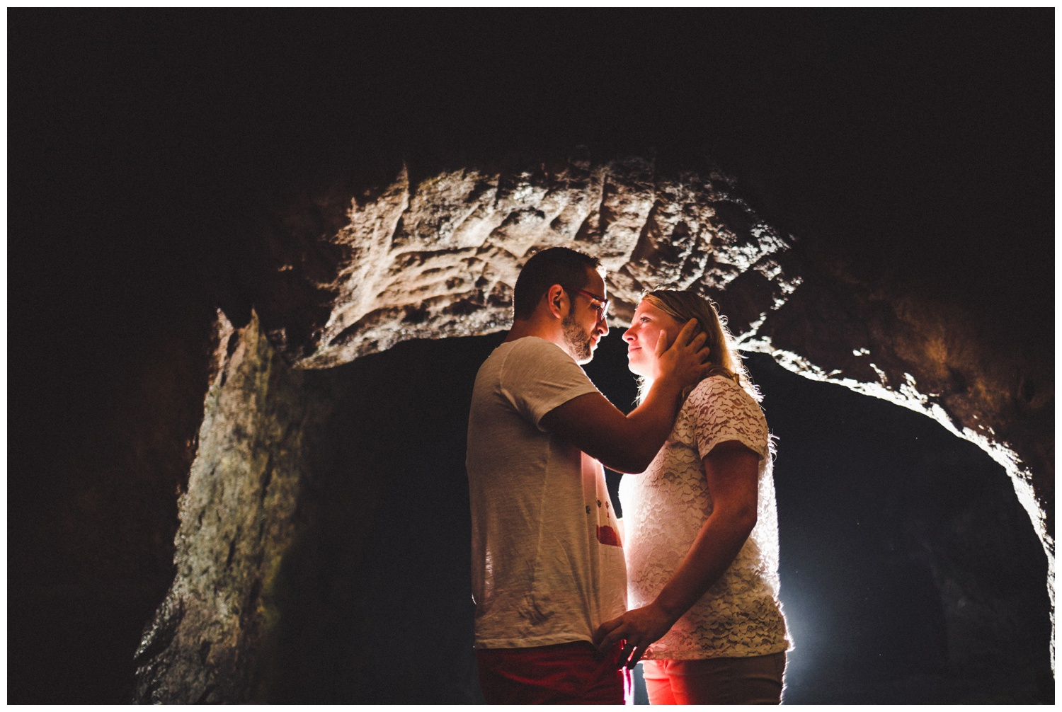 seance photo de couple save the date dans une grotte